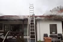 Hasiči vyjeli k požáru chaty v Rovensku pod Troskami.