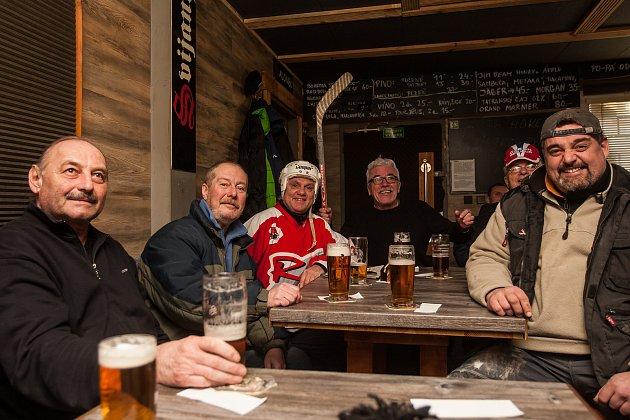 Fanoušci zJablonce nad Nisou sledují 23.února zápas semifinále olympijského turnaje vPchjongčchangu mezi týmy České republiky a Olympijských sportovců zRuska.
