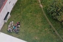 Skupinky nepřizpůsobivých obyvatel mezi domy v jablonecké ulici Na Vršku znepříjemňují život dalším obyvatelům.