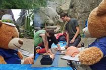 Medvídek z projektu Hugo na cestách se na Rotštejně potkal i se zdravotníky jabloneckého Českého červeného kříže či rodinkou Jizerkových.