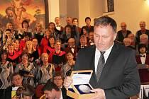 Primátor Petr Beitl a stříbrná kilová medaile s vyobrazením města