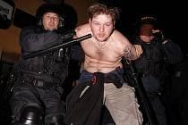 V roce 2005 zasahovali policisté při koncertu skinheadských kapel ve Zlaté Olešnici.