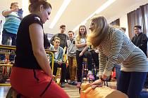 NA FIGURÍNĚ si školáci  z osmé a deváté třídy s lektorkou jabloneckého Českého červeného kříže Ilonou zkusili také nepřímou masáž srdce. Jde o první pomoc, která může zachránit člověku život. Součástí workshopu jsou i základy obvazové techniky, simulace v