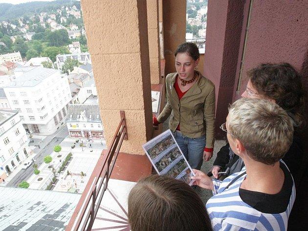Lidé mohou využít možnosti vystoupat po dvě stě padesáti schodech na radniční věž během července a srpna každý pracovní den. Na špici je doprovodí pracovnice informačního centra.