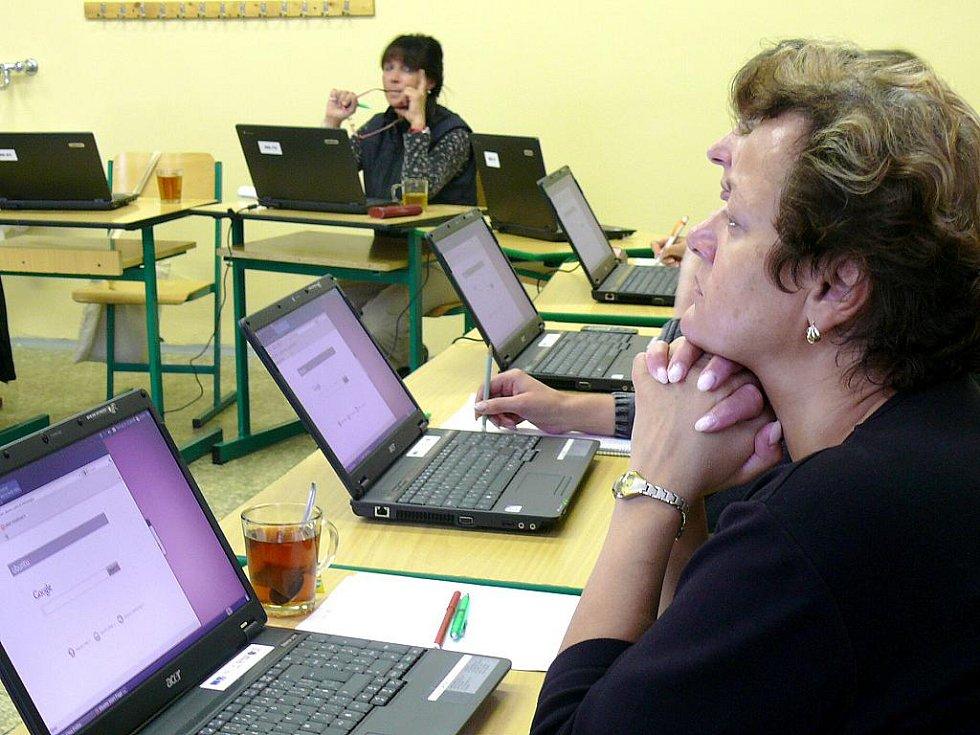 V anglickém, německém, francouzském a italském jazyce se tento týden zdokonalují učitelé středních a základních škol. V týdenním kurzu, který probíhá na Základní škole v Josefově Dole, jim s výukou pomáhají rodilí mluvčí stejně jako v loňském roce.