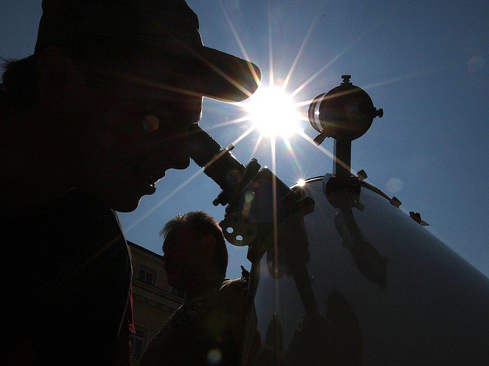 Na jabloneckém Mírovém náměstí astronomové a agentura Sundisk uspořádali pozorování částečného zatmění Slunce pro veřejnost. Desítky lidí se vystřídaly u pěti dalekohledů různých velikostí.