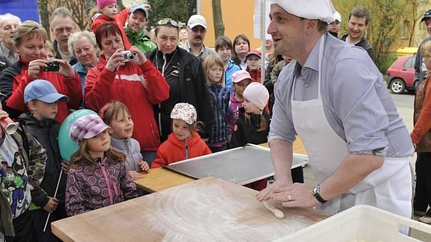 Pekárny a cukrárny Mikula připravují akce pro veřejnost často. Snímek z pokusu o zápis do Guinnessovy knihy rekordů při tvorbě řetězu z preclíků