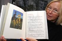 Dagmar Helšusová představuje jednu z nových knih.