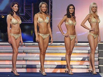 Kateřina Štosová (třetí zleva) při promenádě v plavkách. Přestože nebyla vybrána do finálové šestky, bere finálovou účast jako úspěch.
