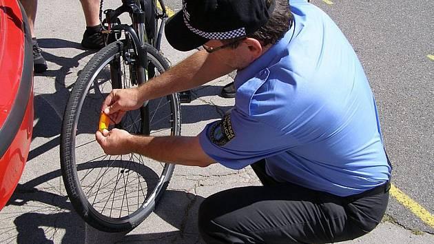 Strážníci při preventivních kontrolách darovali odrazky cyklistům, kteří je na svých kolech neměli.
