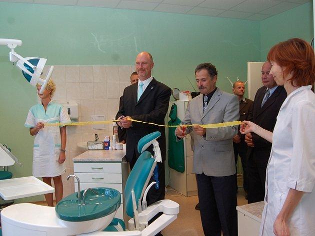 Slavnostně otevřeli stomatologickou a chirurgickou ambulanci hejtman Libereckého kraje Petr Skokan a starosta Železného Brodu Václav Horáček.