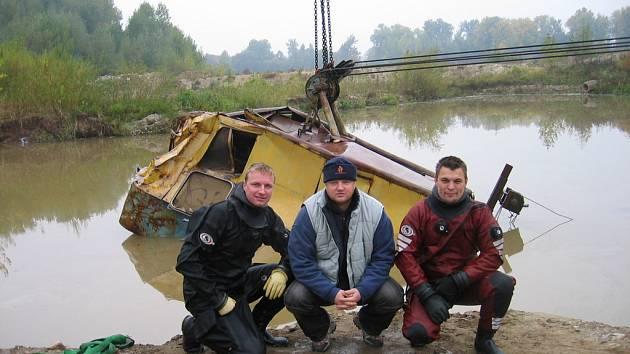 Potápěči Snakesubu lovili bagr z lomu u Mnichova Hradiště_Na pomoc vyjíždějí  v rámci IZS nejen v Libereckém kraji