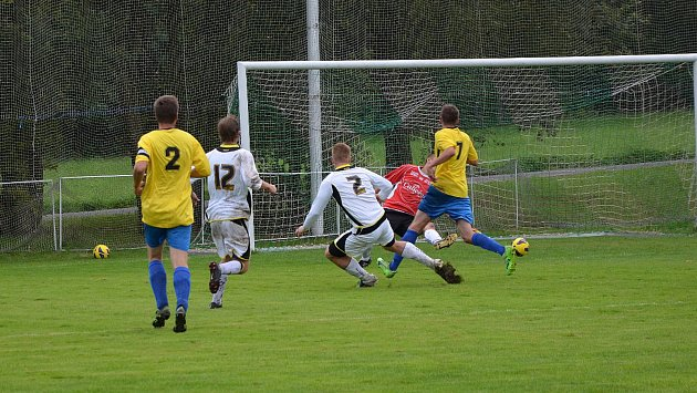 Pěnčín v I A třídě (bílé dresy) potěšil domácí fanoušky důležitým vítězstvím.
