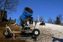 Sněžná děla stojí, zastavily se i další vleky v Jizerských horách.