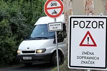 Zkratkou jezdí i přes zákaz. Ani v minulých dnech instalované zákazové značky neodradí některé řidiče od jízdy přes místní komunikaci vedoucí do Lučan přes pasecký vrch.