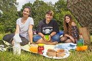 Veganský piknik nabídl ochutnávku řady dobrot, ve kterých byste nenašli maso, mléko ani vejce. Akce se v Jablonci nad Nisou konala poprvé. Na snímku zleva Vendula Pelíšková, Leona Mánková a Lenka Abrahámová.