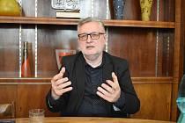 Jan Hásek, ředitel Střední uměleckoprůmyslové školy sklářské v Železném Brodě, ve své kanceláři.