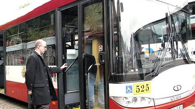 Luboš Wejnar, dopravní ředitel ČSAD Jablonec, nastupuje do zkušebního velkokapacitního autobusu Solaris Urbino 18.