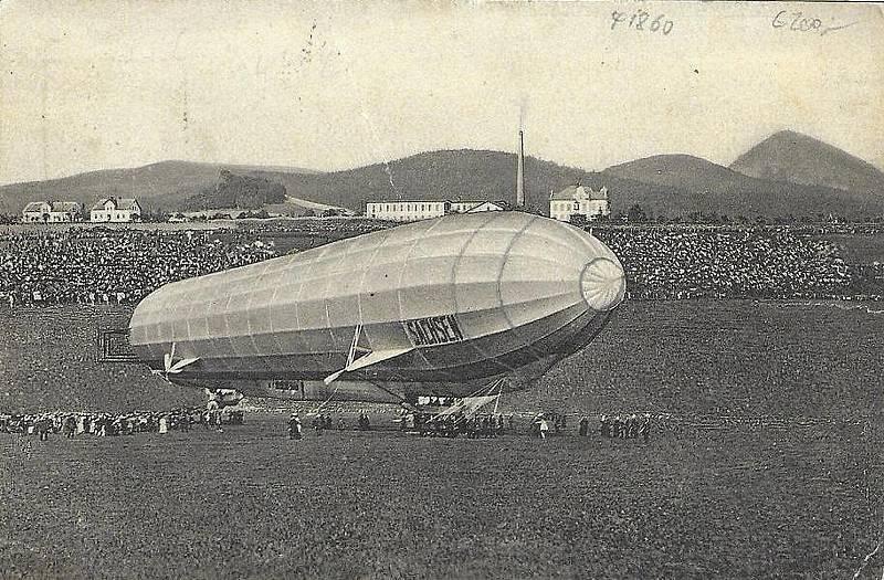 Vzducholoď při přistání v Novém Boru v roce 1913.