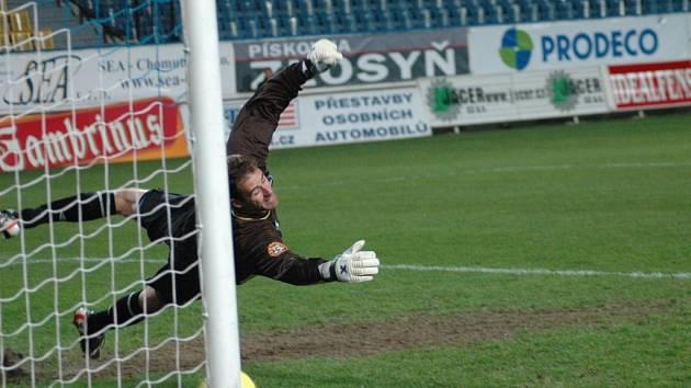Takto se jablonecký brankář Michal Špit natahoval po penaltě, kterou zahrával teplický Džeko. Míč naštěstí pro Jablonec v síti neskončil a od pravé tyčky se odrazil mimo branku zelenobílého celku.