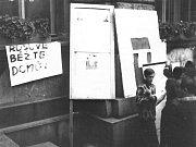 Dobové snímkyze srpna 1968 z Liberce pořízené jabloneckým fotografem. Před radnicí.