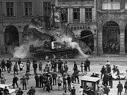 Dobové snímkyze srpna 1968 z Liberce pořízené jabloneckým fotografem. Tank najel do podloubí na náměstí Bojovníků za mír.