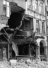 Dobové snímkyze srpna 1968 z Liberce pořízené jabloneckým fotografem. Tank najel do podloubí na náměstí Bojovníků za mír, pod sutinami zůstali lidé.