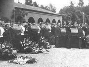 Dobové snímkyze srpna 1968 z Liberce pořízené jabloneckým fotografem. Pohřeb obětí okupace v libereckém krematoriu.