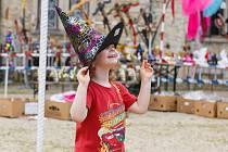Děti plnily úkoly v pohádkovém parku na zámku Sychrov.
