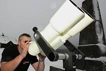 Vyhlášení Jizerské oblasti tmavé oblohy proběhlo na mezinárodní tiskové konferenci v horské obci Jizerka. Aleš Majer předvádí astronomický dalekohled Binar 125×40 , který slouží k pozorování větších ploch na nebi, například mlhoviny, galaxie a komety.