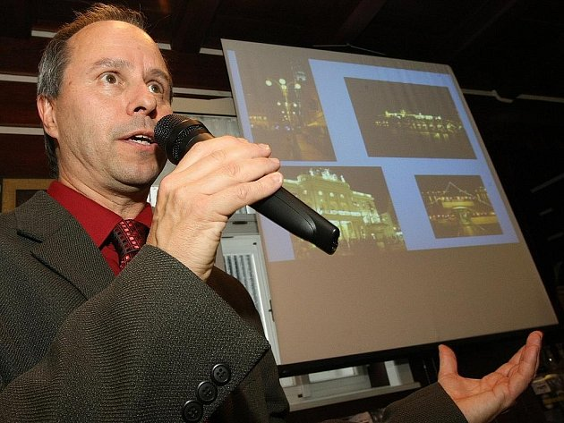 Pavel Suchan, zástupce Astronomického ústavu AV ČR při tiskové konferenci k vyhlášení Jizerské oblasti tmavé oblohy