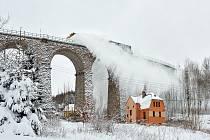 SMRŽOVSKÝ VIADUKT hrál v reklamách, je typickým a hojně fotografovaným objektem regionu ve všech ročních obdobích. Se sněhovou železniční frézou jej zachytila Mirečka Mejsnarová.