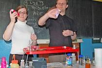 Zástupci pražské Vysoké školy chemicko-technologické v rámci Dne Země přiblížili studentům gym.Dr.Randy studium na vysoké škole