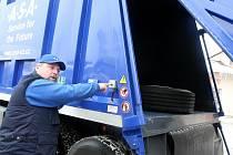 Vůz na odvoz komunálního odpadu ve firmě A.S.A. v Liberci.