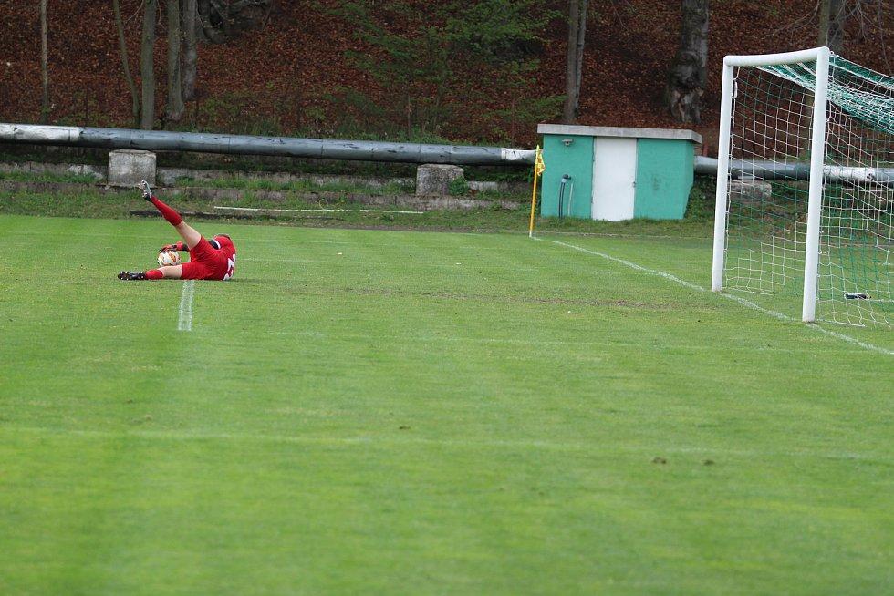 Další zápas divize C byl napínavý hlavně pro domácí áčko Hamrů, které v začátku vedlo a ke konci se hráči právem každou minutu báli o to, aby vítězství ubránili.