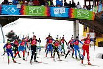 Erika Jislová (zcela vpravo) po startu závodu smíšených štafet biatlonistů.