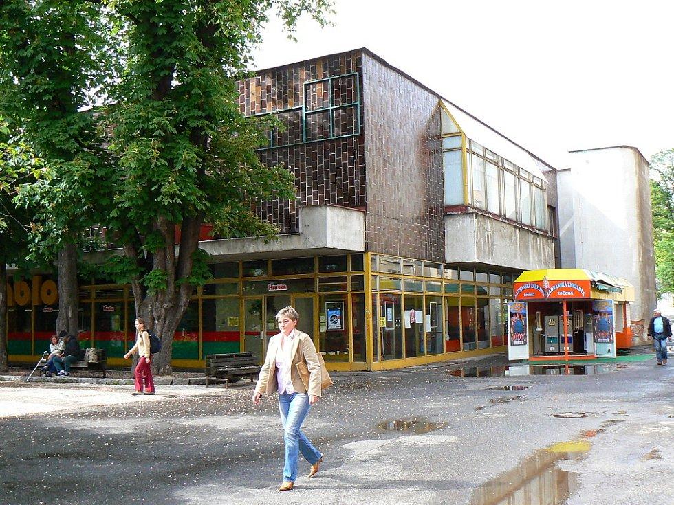Dnešní nákupní centrum Jabloň a jeho okolí.