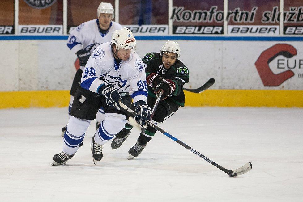 Utkání 42. kola 2. ligy ledního hokeje skupiny Západ se odehrálo 21. února na zimním stadionu v Jablonci nad Nisou. Utkaly se týmy HC Vlci Jablonec nad Nisou a HC Draci Bílina. Na snímku vlevo je Ladislav Pulec.
