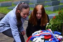 Výročí konce války si připomněli politici i veřejnostV pátek 5. května se u Památníků obětem II. světové války na místě bývalého pracovního tábora v jabloneckých Rýnovicích konal slavnostní pietní akt k 72. výročí ukončení světového válečného konfliktu.