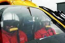 Vrtulník ZZS LK do Josefova Dolu nevyletěl, ale záchranáři fotografovi zapózovali.