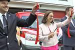 Nový vůz. Dobrovolní hasiči ze Semil dostali nové auto. Na snímku zleva velitel JSDHO Marcel Bažant, starostka Semil Lena Mlejnková a hejtman Libereckého kraje Martin Půta.