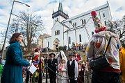 Tradiční masopustní průvod masek proběhl 4. února v Semilech. Akci odstartoval průvod maškar z Komenského náměstí k radnici. Na snímku vlevo je starostka města Semily Lena Mlejnková.