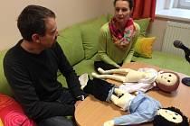 Anatomické panenky jsou nezbytnou součástí speciálních výslechových místností. Zneužité děti na nich mohou kriminalistům jasně ukázat, co se jim stalo.