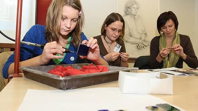 V jabloneckém Eurocentru proběhl Veletrh vzdělávání Amos 2008. SUPŠS z Kamenického Šenova se prezentovala výrobky i možností rytí si broušení. Na snímku brousí Magdalena Smejkalová ze ZŠ Nový Bor.