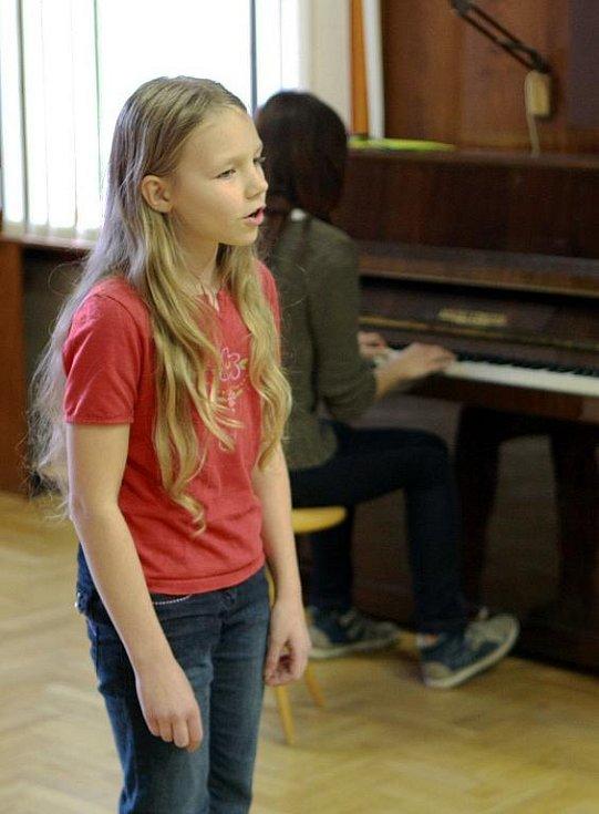 V krajském kole pěvecké soutěže Karlovarský skřivánek vyzpívala postup také Zuzana Ullmannová