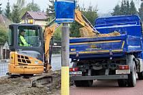 Čilý stavební ruch nepanuje v Jablonci jen na křižovatce ulic Budovatelů a Poštovní, ale i na křižovatce zvaný Ostrý roh.