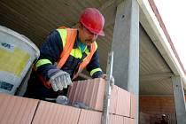 Nejčastěji pracují cizinci načerno na stavbách - ilustrační snímek