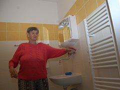 Obyvatelka Domu důchodců v jabloneckých Pasekách Edeltraut Matlasová ukazuje nový interiér koupelny. Část budovy A a C již byla vybavena, třetí etapa rekonstrukce začne v srpnu příštího roku.