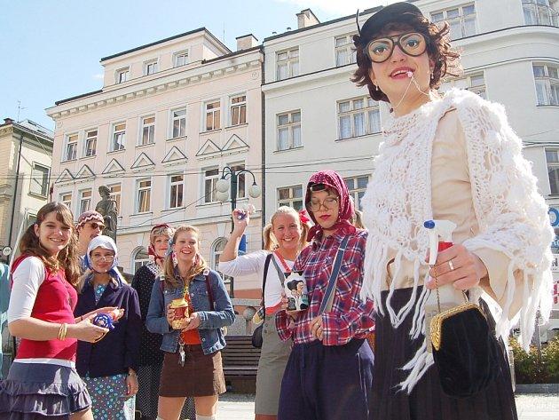 Každoročně vyrazí do ulic měst studenti, převlečení za cokoliv, aby získali peníze na svůj maturitní večírek. Než si ho však budou moci užít čeká je zkoužka dospělosti – maturita.