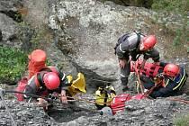 Hasiči zachraňovali zraněného člověka na ferratě, naštěstí cvičně.